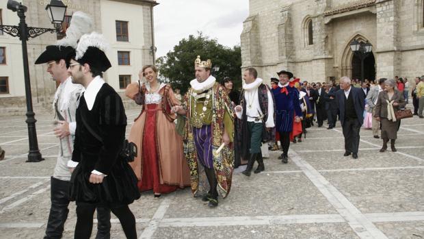 La Comitiva Real sale de la Colegiata de San Miguel