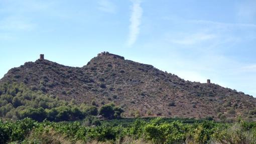 Imagen del castillo y las almenaras desde el lado norte
