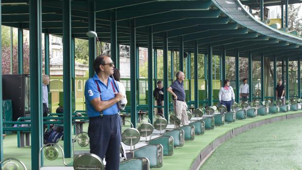 Varios golfistas practican sus golpes ayer en el campo del Canal