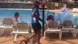 Una empleada de un hotel de Fuerteventura se pasea entre los turistas con un arma