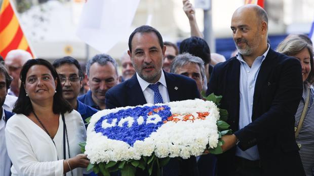 El lider de Unió democrática Ramón Espadaler (c) asiste a la tradicional ofrenda floral al monumento de Rafael Casanova,