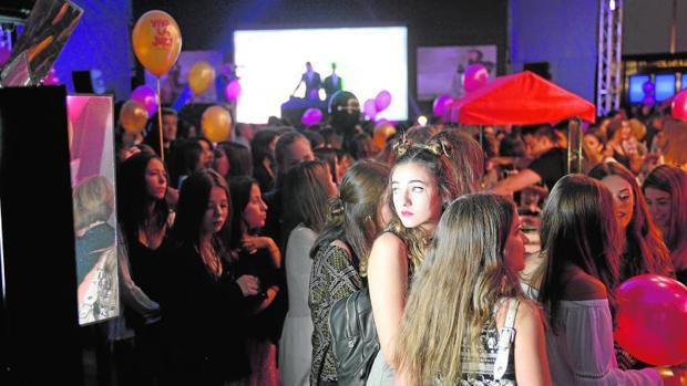 Los jóvenes que ayer se acercaron a celebrar la gran fiesta de la moda nocturna