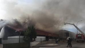Aparatoso incendio sin heridos en una nave industrial de Móstoles