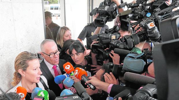 Diana López, junto a su abogado, a la entrada de los juzgados