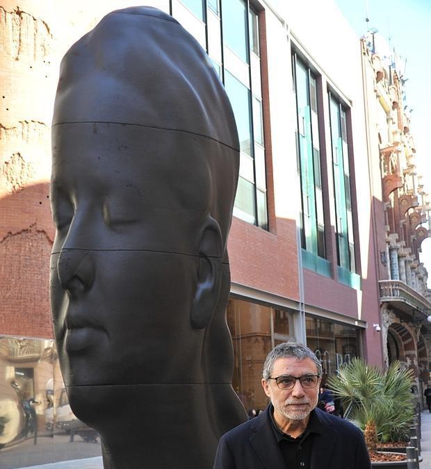 Plensa, junto a su escultura «Carmela»