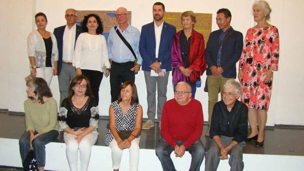 El director David Cohn junto a concejales del Ayuntamiento de Quintanar y los artistas participantes