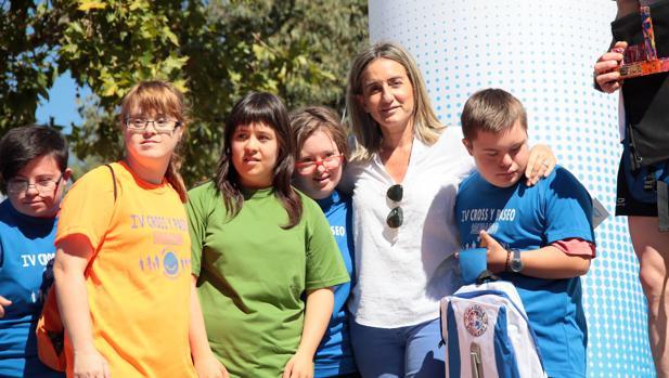 La alcaldesa Tolón con niños participantes en la carrera