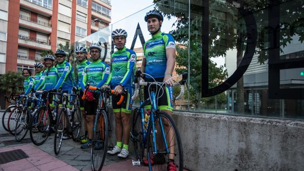 Los ocho agentes que participaron en el tour, a su salida de Vigo