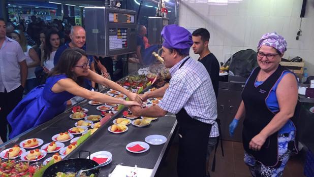 Oltra saluda a un vendedor del Mercado de Castilla