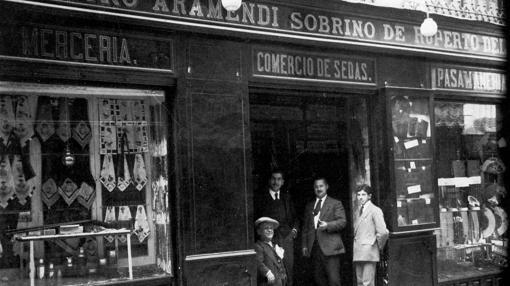 Escaparates de la sedería y mercería de Benigno Aramendi, en cuyo interior se produjo la mortal pelea (Foto, Rodríguez, AHPT)
