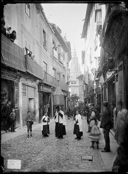 Desfile procesional en la Calle del Comercio de Toledo a principios de siglo XX (Foto, Casiano Alguacil, Archivo Municipal de Toledo)