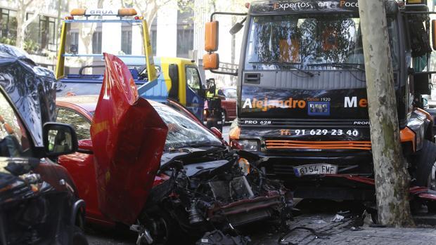 Un camión arrolló a cinco turismos y una moto en el madrileño barrio de Chamberí el pasado fin de semana
