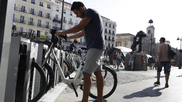 Un usuario de BiciMad en la Puerta del Sol