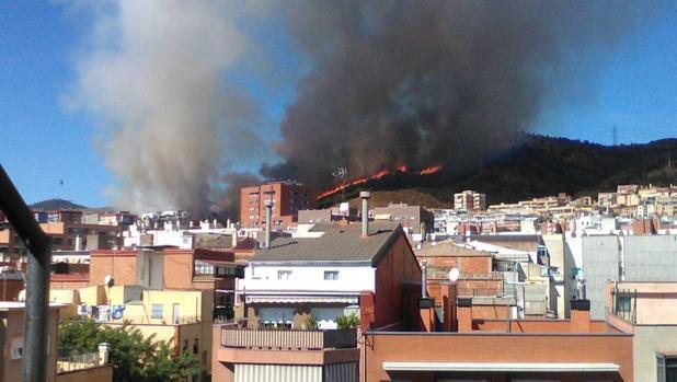 Una imagen del fuego, próximo a las viviendas de Nou Barris