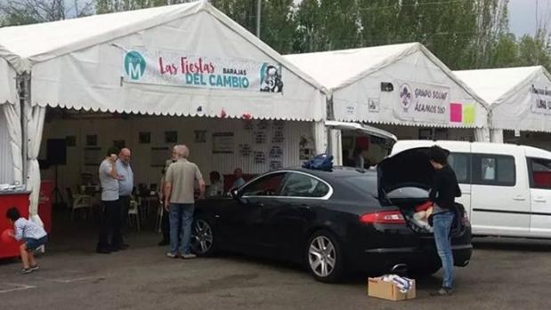 Un Jaguar de 50.000 euros en la caseta de Ahora Madrid en las fiestas de Barajas