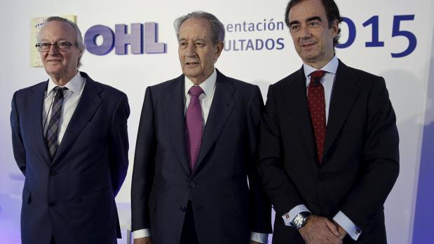 Juan Miguel Villar Mir (en el centro), durante la publicación de los resultados de OHL de 2015