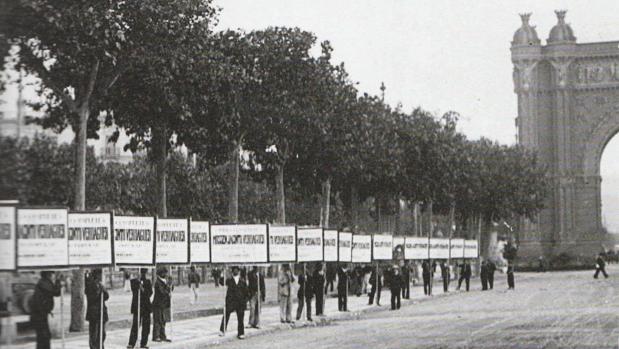 Una fotografía de Frederic Ballell muestra fila de hombres-anuncio que publicitan las bras completas de Verdaguer