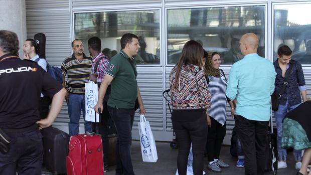 El grupo de refugiados, a su llegada al aeropuerto de Madrid, antes de partir a Barcelona y Huesca
