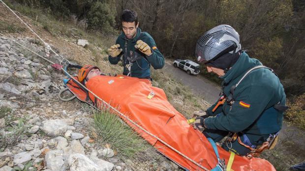 Integrantes del Grupo de Rescate e intervención en Montaña (GREIM) durante un ejercicio en Sabero (León)