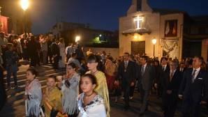 Las bargueñas, ataviadas con sus trajes típicos y mantones de manila, acompañan a la comitiva