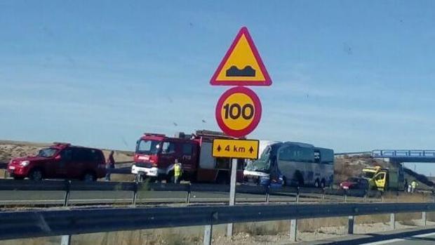 Imagen del autobús y de los servicios de emergencia en el lugar del suceso