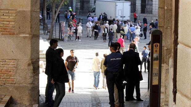 Seguridad privada y Policía Nacional, en la plaza del Ayuntamiento
