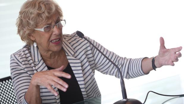 Manuela Carme respondiendo a preguntas durante una rueda de prensa