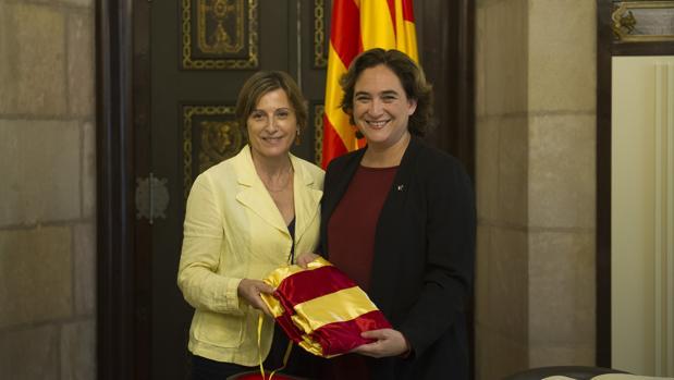 Forcadell y Colau, con la bandera que la presidenta del Parlament le ha regalado a la alcaldesa