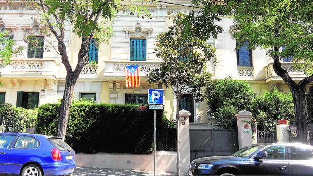 Estelada colgando de la fachada del Consulado de Letonia