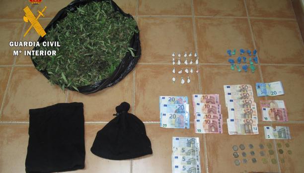 Droga y dinero incautado por la Guardia Civil