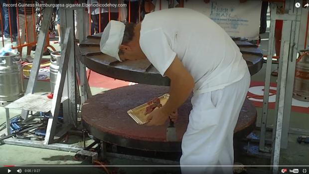 Un cocinero preparando la hamburguesa récord Guiness en Crevillent, en un video de Youtube