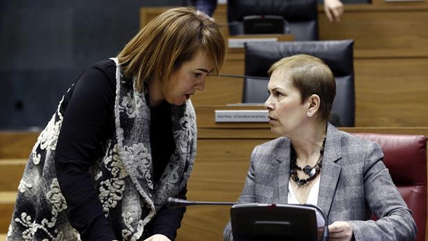 La presidenta del Gobierno de Navarra, Uxue Barkos (derecha), y la del Parlamento, Ainhoa Aznarez