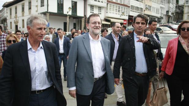 Mariano Rajoy, durante un paseo en la campaña electoral de Galicia