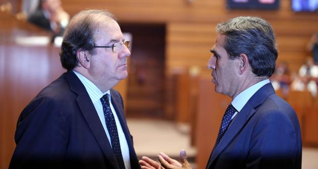 El presidente de la Junta, Juan Vicente Herrera, conversa con Juan José Sanz Vitorio antes del pleno