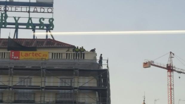 Los agentes intentando mediar con el hombre en un edificio de la Puerta del Sol