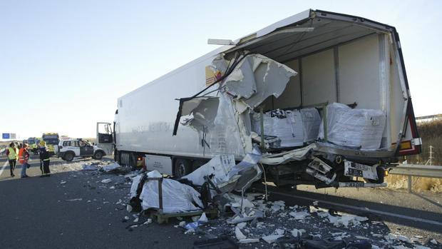 Estado en el que se quedó el camión tras recibir el golpe del autobus