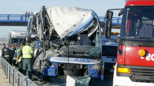 Imagen del autobus que colisionó con el camión en Adradas (Soria)