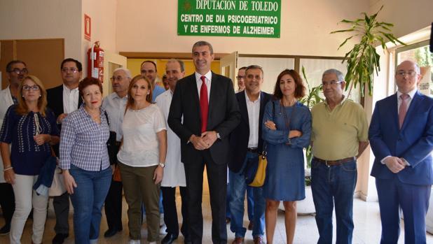 Álvaro Gutiérez, en el centro de día de alzheimer, con familiares de los enfermos