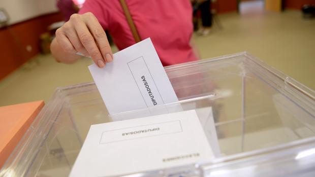 Una votante introduce la papeleta del Congreso en las últimas elecciones generales en España