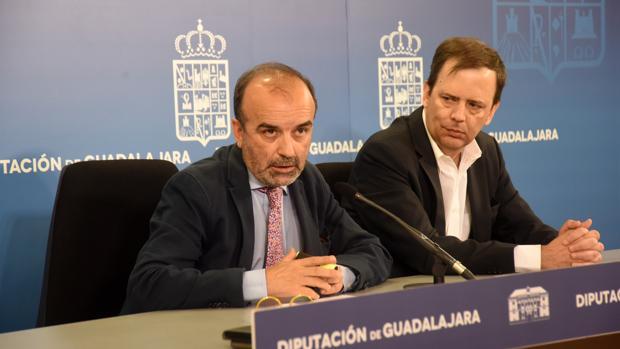 El vicepresidente de la Diputación de Guadalajara, Jesús Herranz, y el hijo del dramaturgo, Carlos Buero