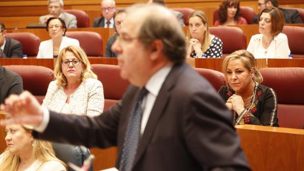 Valdeón observa en el pleno a Herrera desde el tercer escaño de la bancada popular