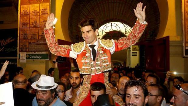 Rubén Pinar, saliendo a hombros de la plaza de toros de Albacete el 17 de septiembre