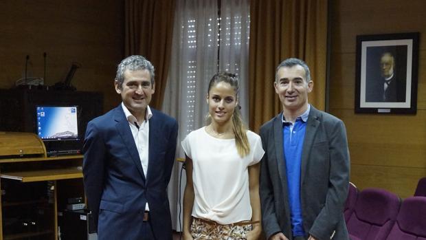 Paula Vélez, junto al profesor Ángel García y el doctor García Acuña