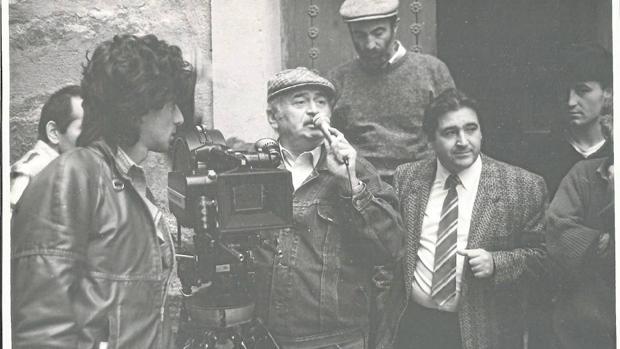 El empresario Sánchez-Infante (con corbata) junto al director de la serie, Rezaz Chjeidze. durante el rodaje de una escena