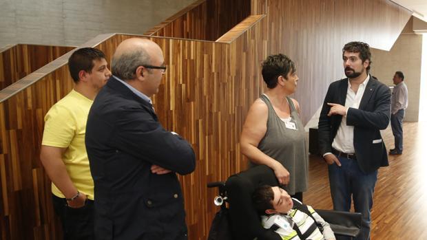 Aimar con su madre, Remedios Navas, y el procurador de IU, José Sarrión