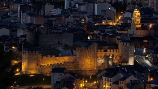 El Castillo de los Templarios, en primer plano, y la Virgen de la Encina, al fondo