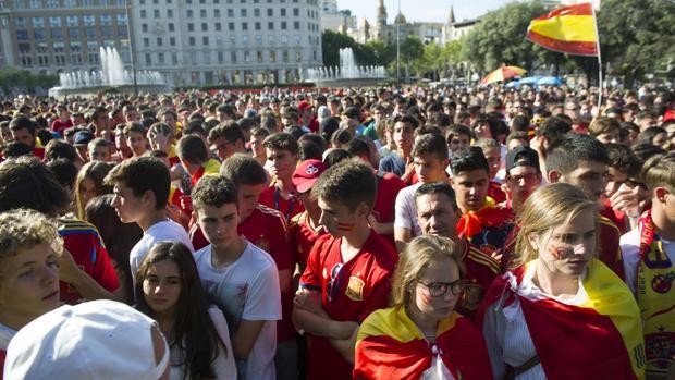 Cientos de jóvenes visionaron de manera pacífica el España-Italia en plaza Cataluña