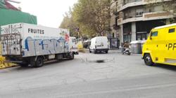 La valla, al suelo, y los coches pasando por Borrell
