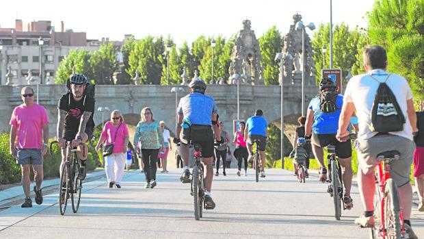 Peatones y ciclistas comparten el espacio de parque de Madrid Río