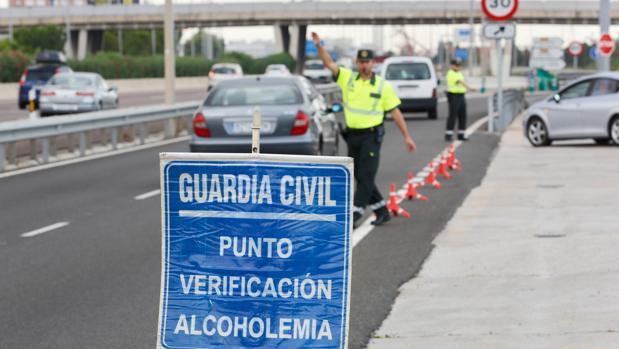 Imagen de archivo de varios miembros de la Guardia Civil realizando controles de alcoholemia